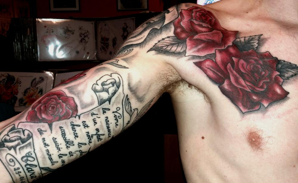 tattoo chicanos sur bras et poitrine avec roses couleur