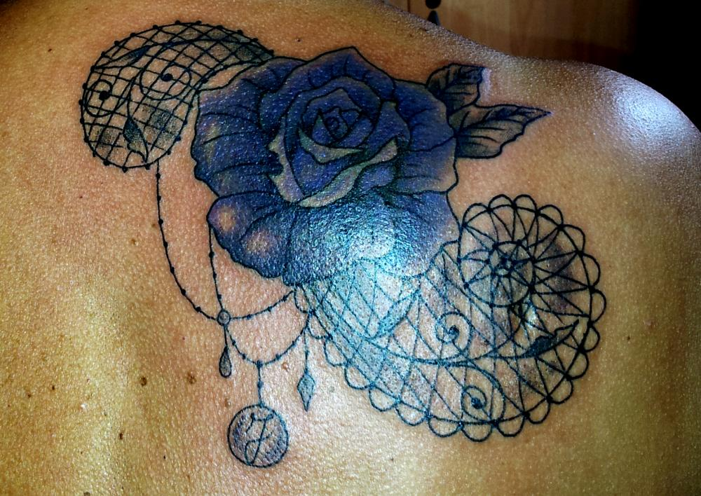 tattoo mandala floral sur épaule