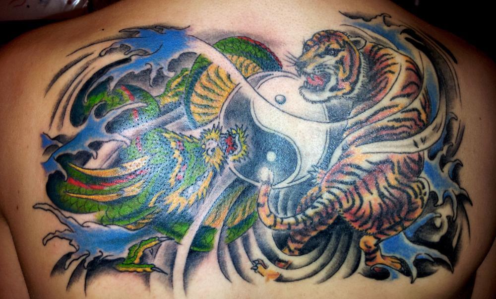 tattoo dragon et trigre couleur style asiatique