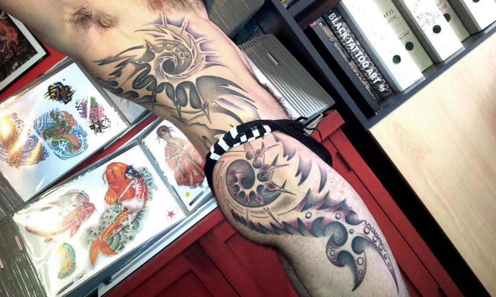 tattoo 3D sur côtes et cuisse
