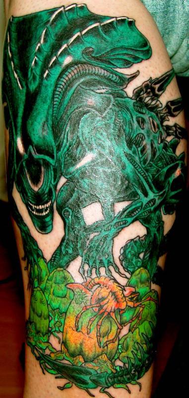 tattoo alien couleur sur molet