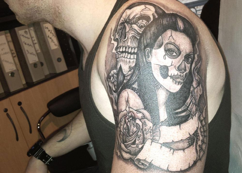 Tatouage noir épaule