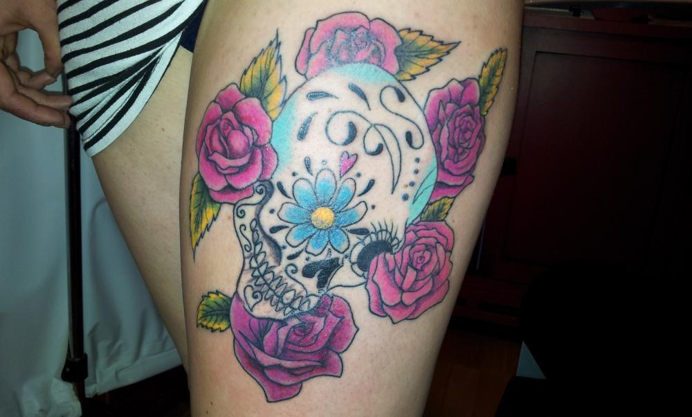 tattoo crâne chicanos avec roses en couleur sur cuisse
