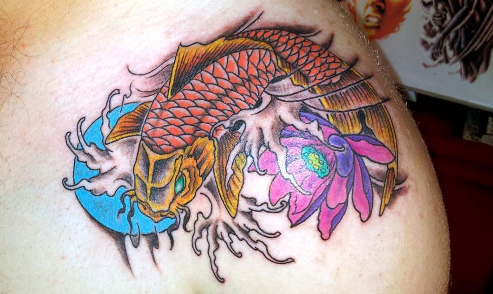 tattoo asiatique carpe koi couleur sur épaule