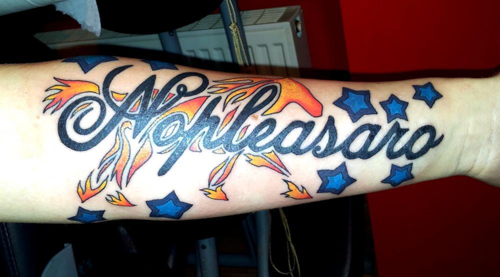 tattoo lettrage avec motif couleur