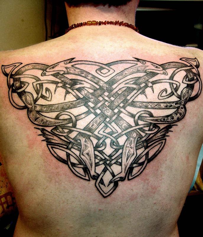 tattoo cetique en noir dans le dos